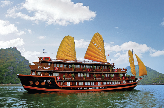 Travelers to Halong Bay