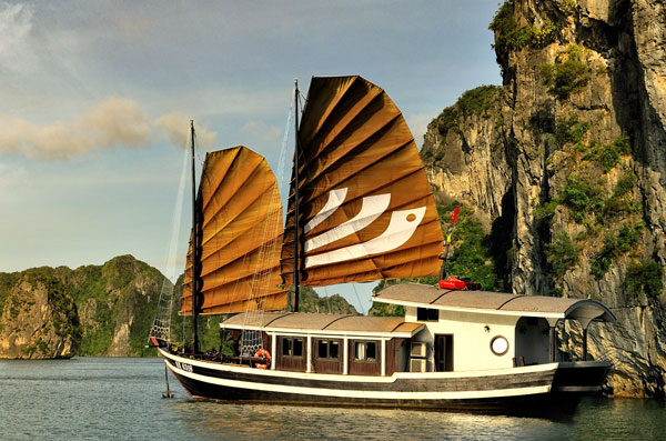 Embark on Bhaya Classic for a Welcome drink followed by a cruise briefing