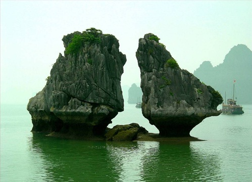 Kissing Rocks in Ha Long Bay