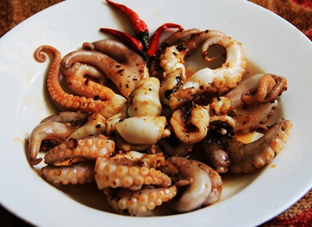 Mini octopus gradually become a special food for tourists in general, not only gourmet.