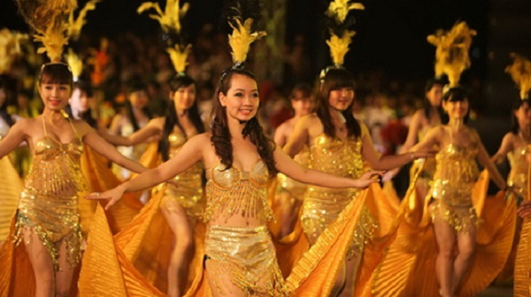 Beautiful dancers on the stage of Halong Carnival