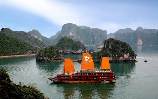 Overnight on Halong bay junk – a luxury way to discover the beauty of the bay