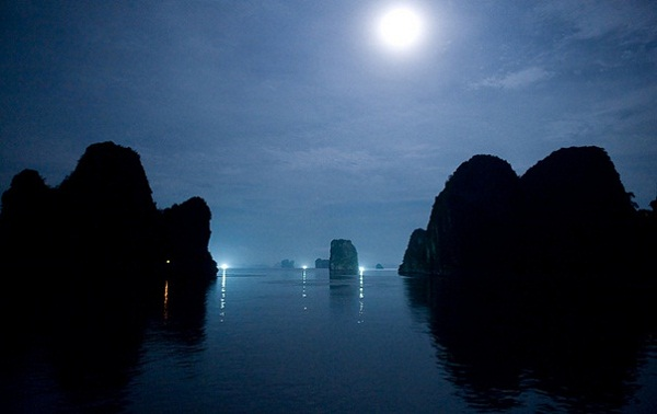 The mysterious beauty of Ha Long Bay at night