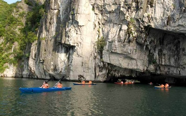 Ba Ham Lake – one of the three best places for kayking in Halong Bay
