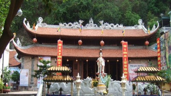 Long Tien Pagoda is located at the foot of Bai Tho Mountain