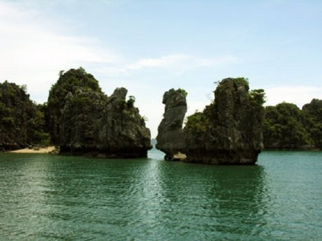 Thien Nga islet which has the shape of stray swan is bobbing like an alluring and attractive swan (Thien Nga)