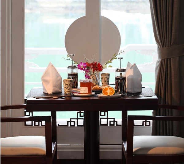 A romantic meal on a luxurious cruise in Halong Bay