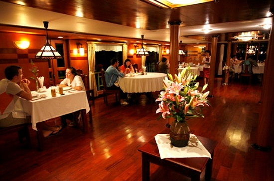Inside meal in a Halong yacht