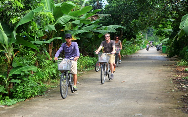 Travellers are discovering Viet Hải eco village by bike