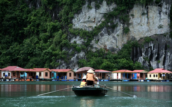 Vung Vieng is located right in the heart of Bai Tu Long Bay
