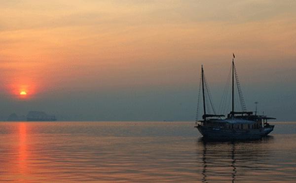 Amazing sunrise on Halong bay