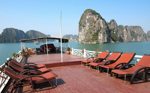 Summer with clear views - great chance to enjoy limestone in Halong Bay
