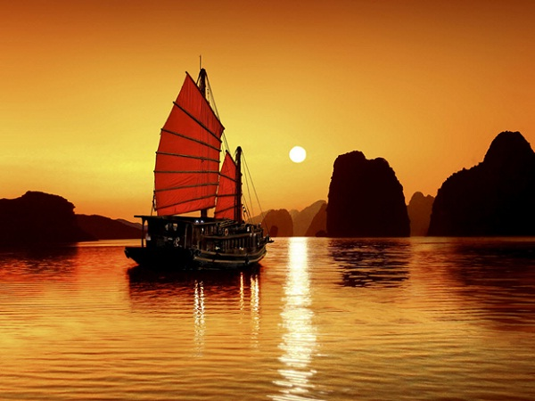 Magnificient sunset at Ha Long bay
