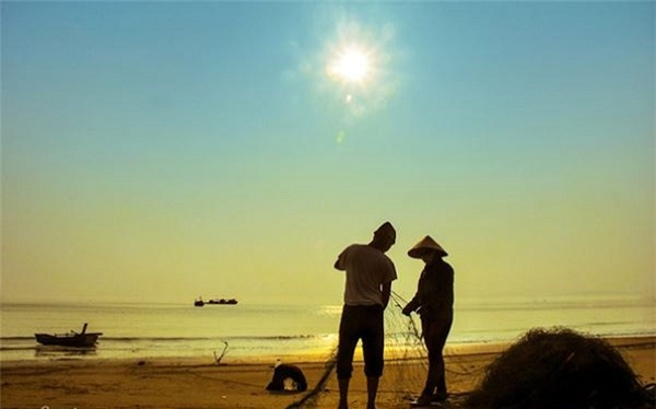 Halong tours – Visit Co To Island to admire the sparkling sunset on the sea