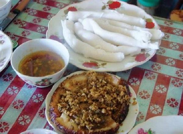 Gat Gu cake is eaten with sauce and Khau Nhuc