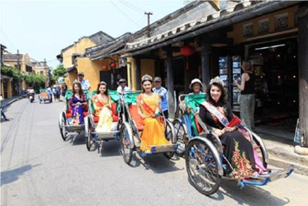Xich Lo is used to carry Misses to promote Hoi An tourism