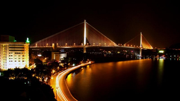 Splendid Bai Chay Bridge at night