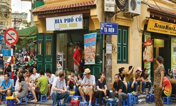 Drinking Bia Hoi, must – do thing to experience the daily life of Vietnamese people