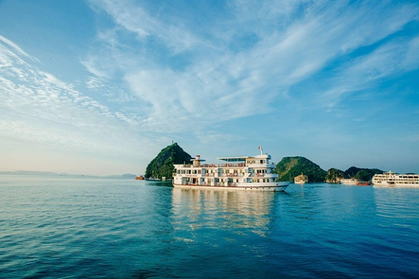 A cruise on the sea is the best way to visit Halong Bay