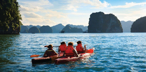 Sometimes passengers could play Kayak to explore Halong Bay