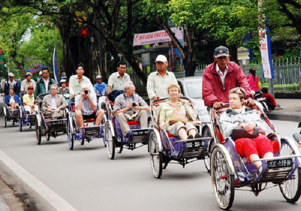 Many foreigners choose to travel by cyclo to see beautiful cities in Vietnam