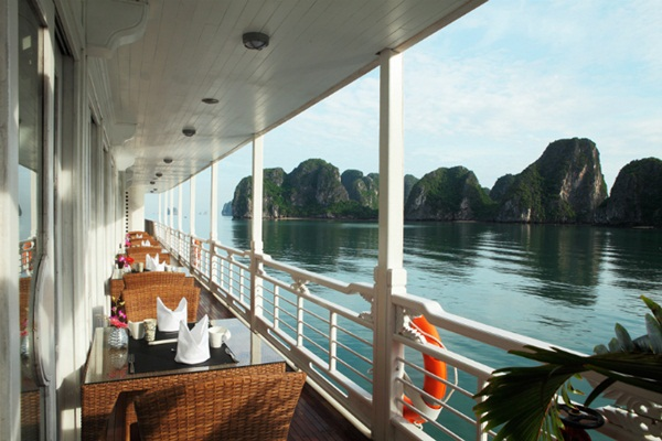 From October to April is the ideal time to visit Halong Bay