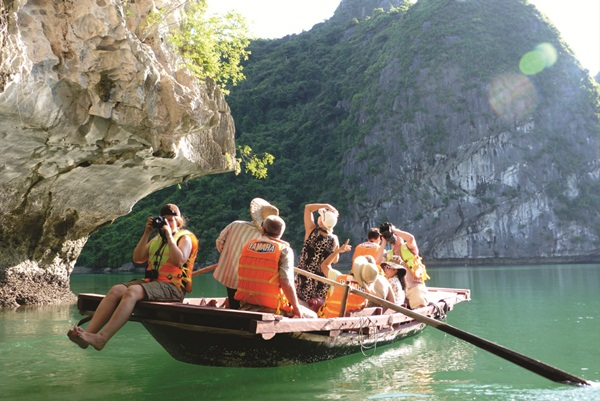 Discovering Halong by yacht
