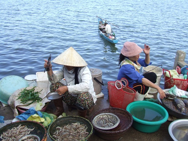 Fishing market in Halong Bay