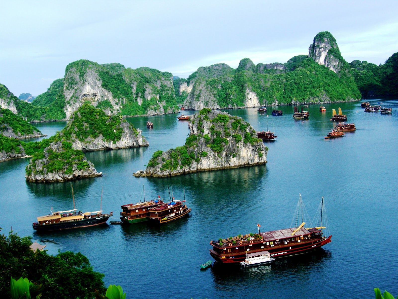 Big cruises moving in grand Halong bay
