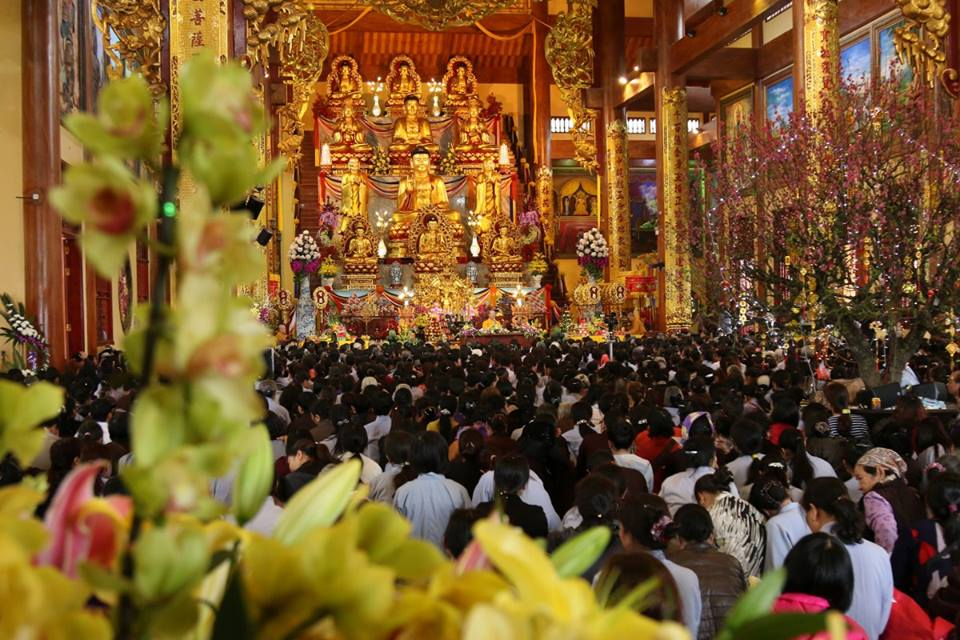 People go to Ba Vang temple to worship Buddha on the occasion of New Year