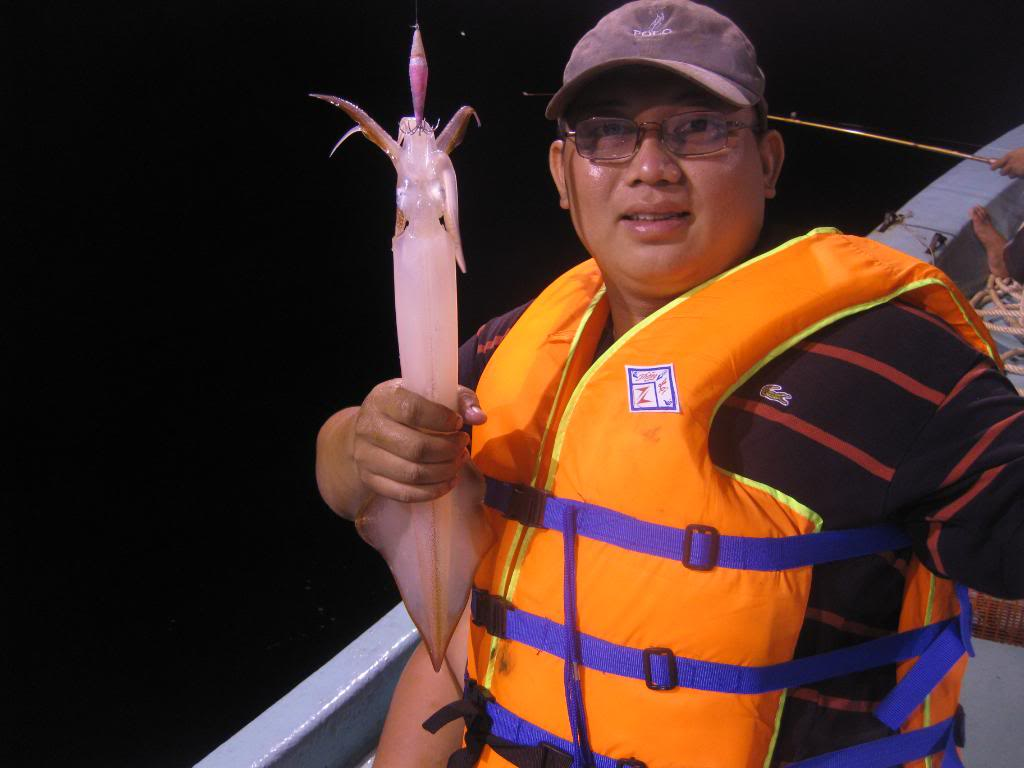Travelers need to wear life-jacket when fishing squids at night in Halong Bay
