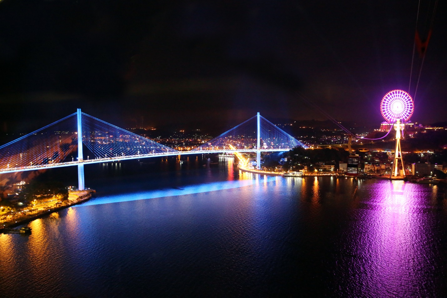 Bai Chay Bridge is sparkling at night