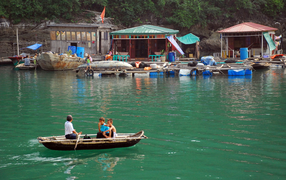 The daily lives of the villagers on floating houses