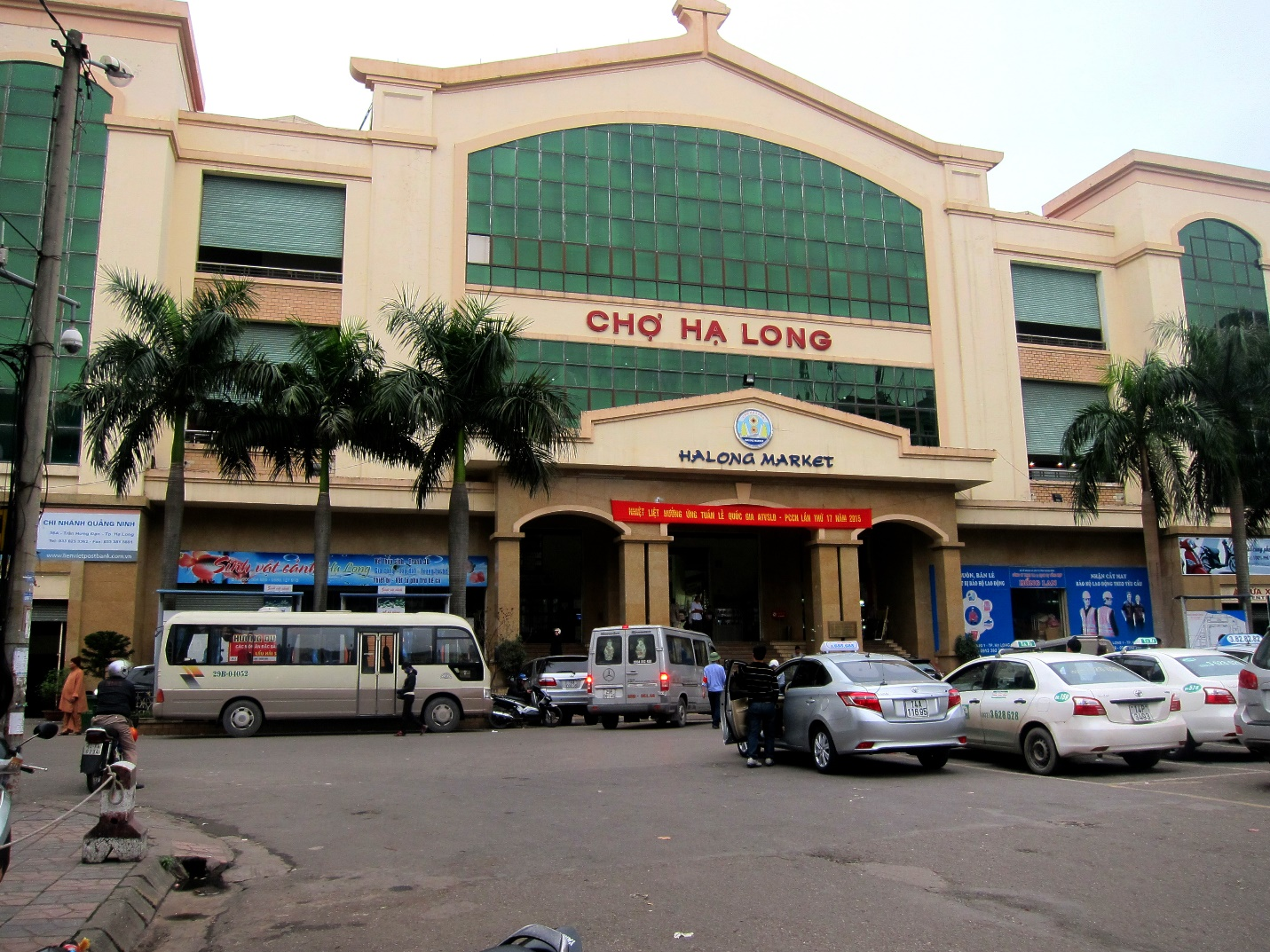 The front of Halong market