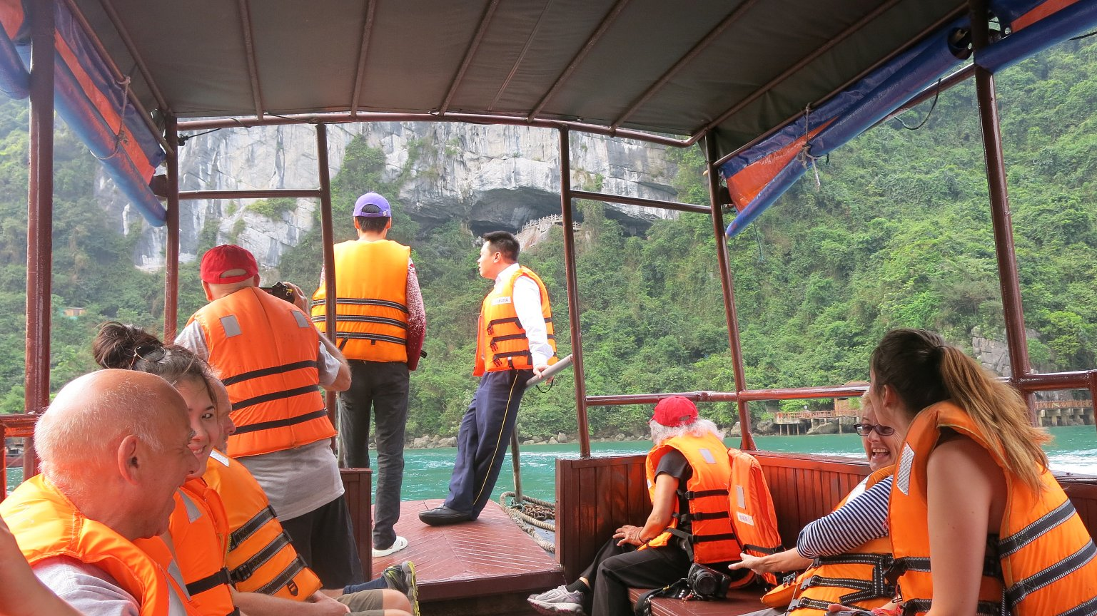 Take a tour of Halong Bay to get Sung Sot Cave