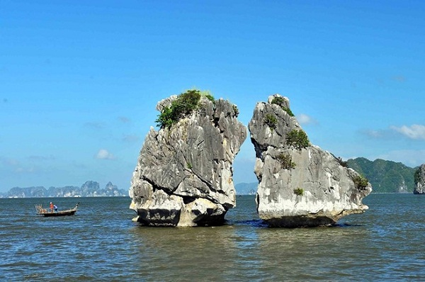 The beauty of Fighting Cock Rocks (Hon Trong Mai) in Halong Bay