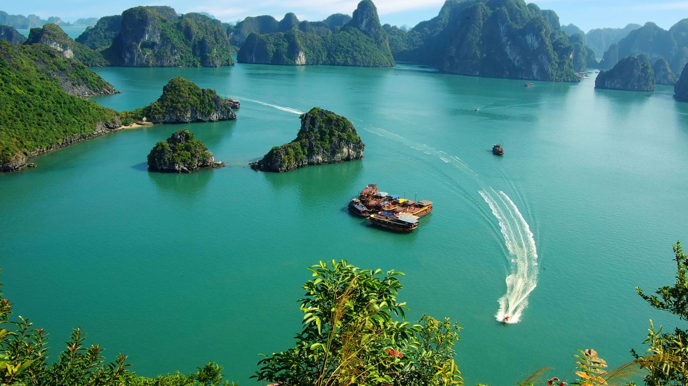 Travel Halong Bay by boat