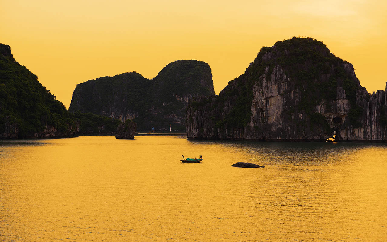 Halong Bay stunning cruise view