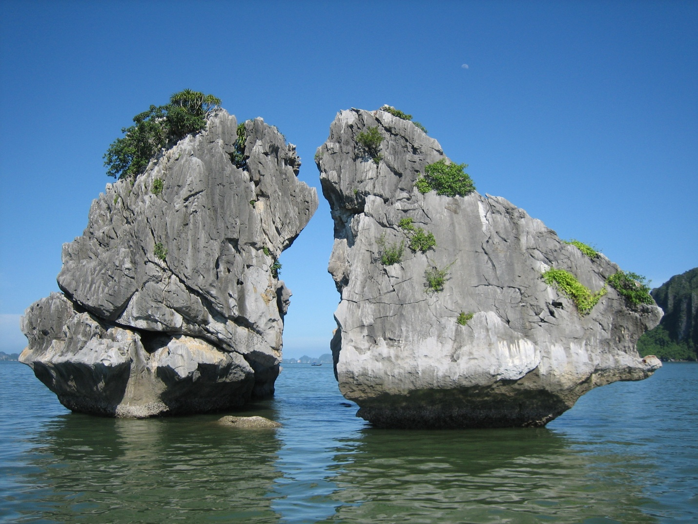 "Rock of ""The Kissing Cocks"" is symbol of Halong Bay"