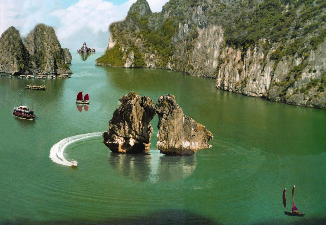 Hon Trong- Mai: two kissing rocks in Halong