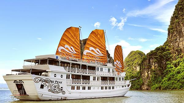 The lavish Paradise Luxury cruise in Halong Bay that is in harmony with beautiful nature