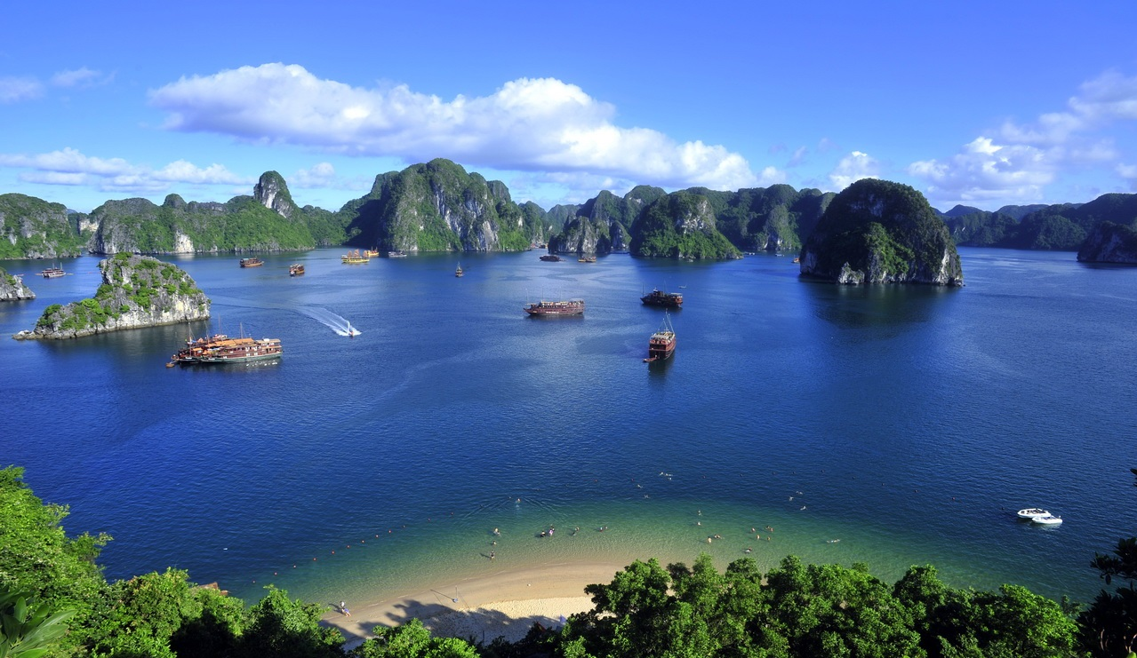 The marvelous painting scenery in Halong bay