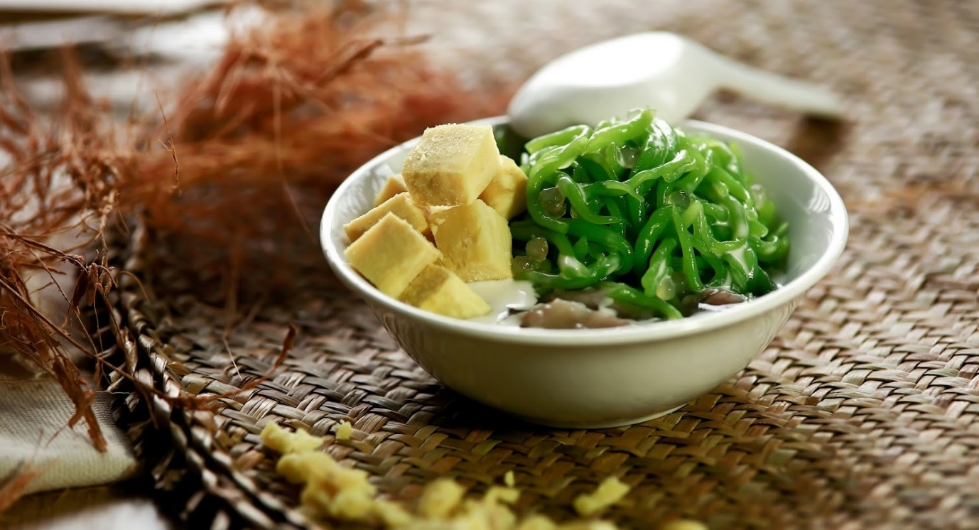 Cendol looks similar to Vietnamese sweet dessert