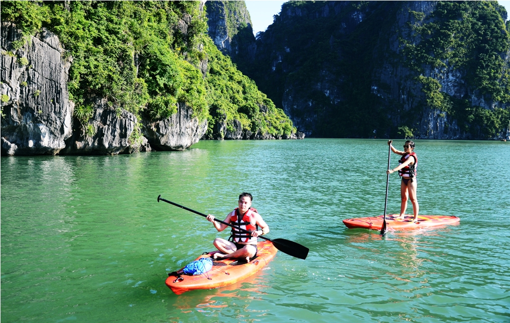 Feel the majestic beauty of Halong Bay by kayaking