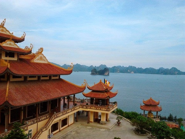 Enjoy Halong bay view from Cai Bau pagoda