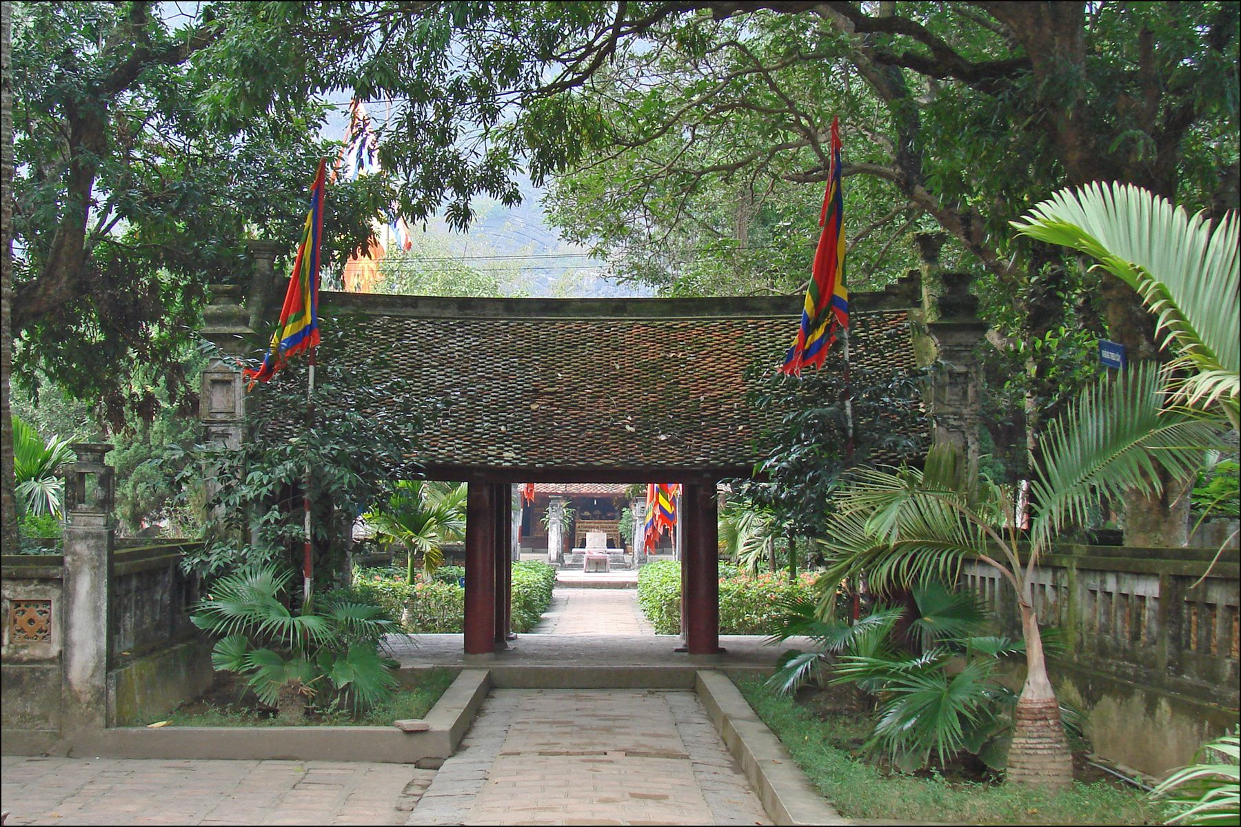 Entrance to Le Dai Hanh Temple