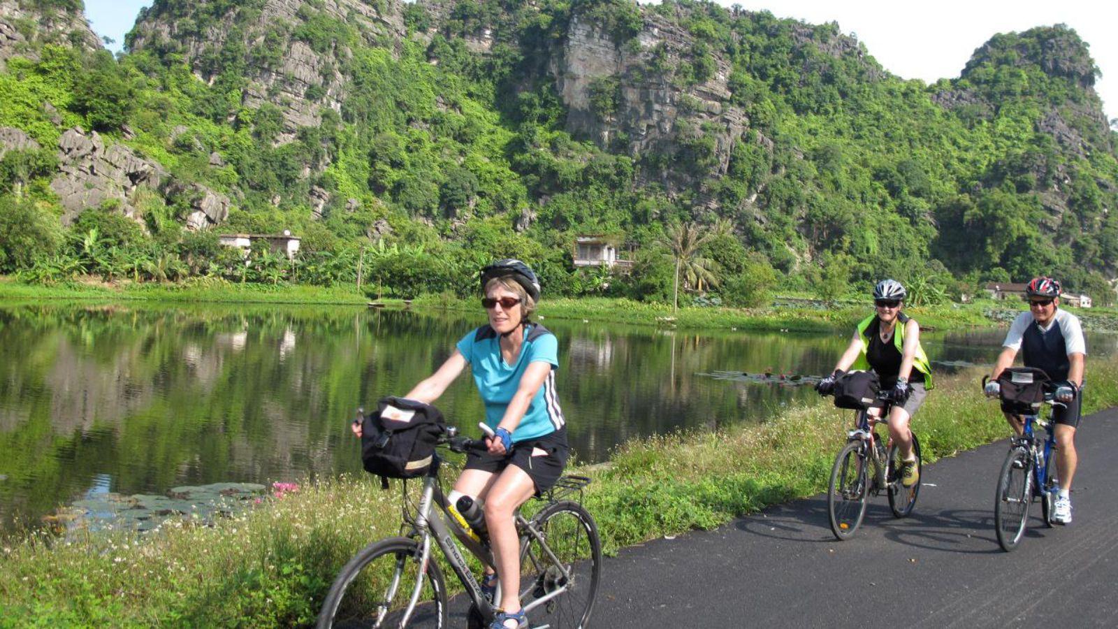Ride a bike to explore Ninh Binh