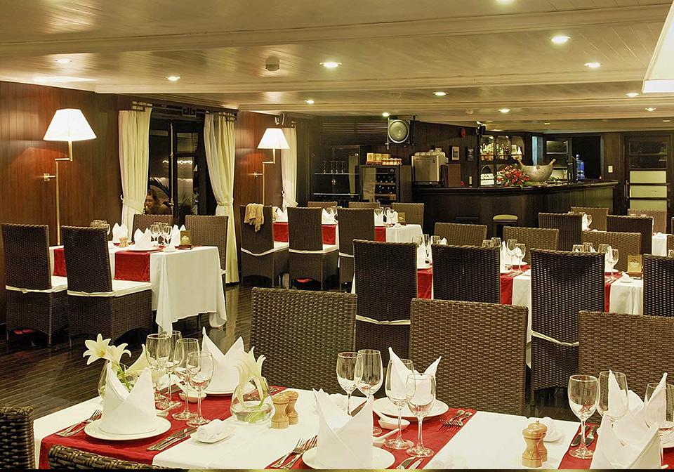 Halong Bay Bhaya Cruise Dining room