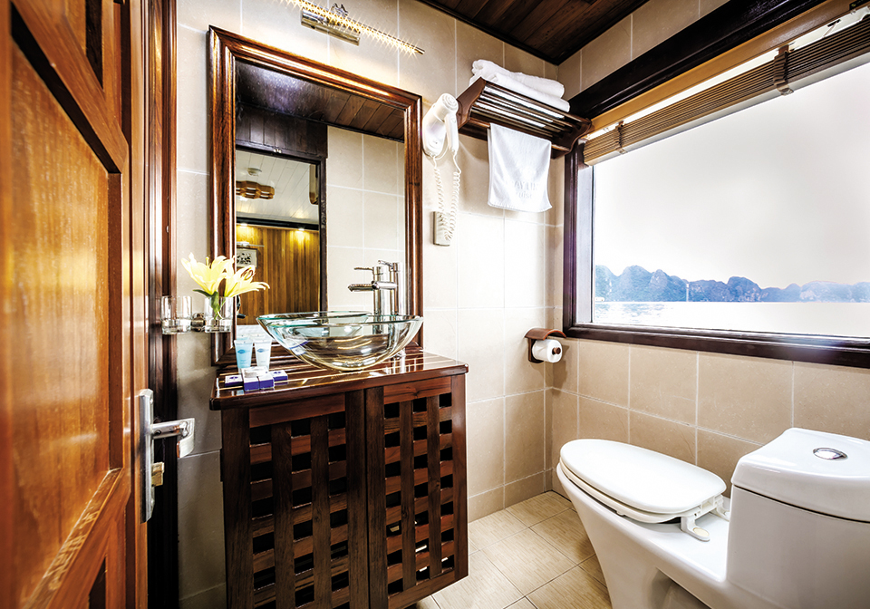 Grayline Cruise super bath room