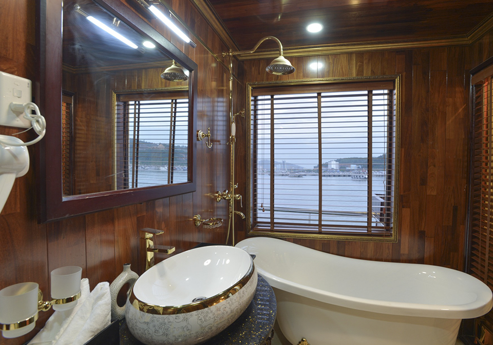 Oasis Bay Classic Cruise bathroom